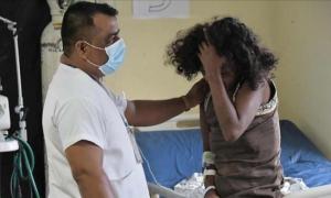 Una mujer afectada por el terremoto recibe asistencia médica en un hospital improvisado en Ecuador.