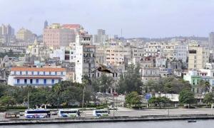 Vista de la ciudad desde la Fortaleza de San Carlos de la Cabaña. Notese al centro el pelícano.