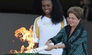 Dilma Rousseff, la presidenta de Brasil, participó en el encendido de la antorcha