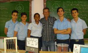 Profesor Ismael Jesús Sánchez Cárdenas, junto a estudiantes suyos ganadores en la última competición nacional de la especialidad