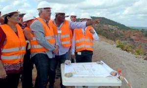 Díaz-Canel se interesó por los detalles del proceso y las medidas para el control de calidad de la producción.