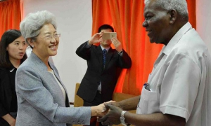 El diputado Esteban Lazo Hernández (D), presidente de la Asamblea Nacional del Poder Popular se reúne con la presidente de la Comisión de Asuntos Exteriores de la Asamblea Popular Nacional de China, Fu Yingb, en La Habana, Cuba, el 16 de mayo de 2016.