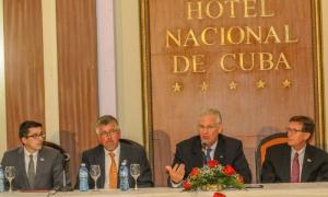 Jeremiah Nixon, gobernador del estado de Missouri, ofreció una conferencia de prensa en el Hotel Nacional.