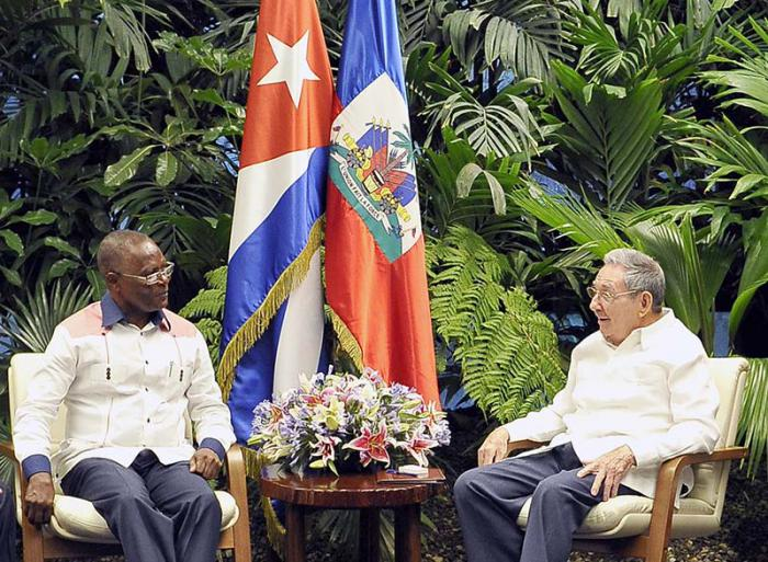 raul castro con el presidente de haiti