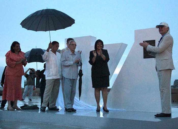 El monumento con la placa conmemorativa que acredita a La Habana como Ciudad Maravilla fue develado en la explanada del Castillo de San Salvador de la Punta.