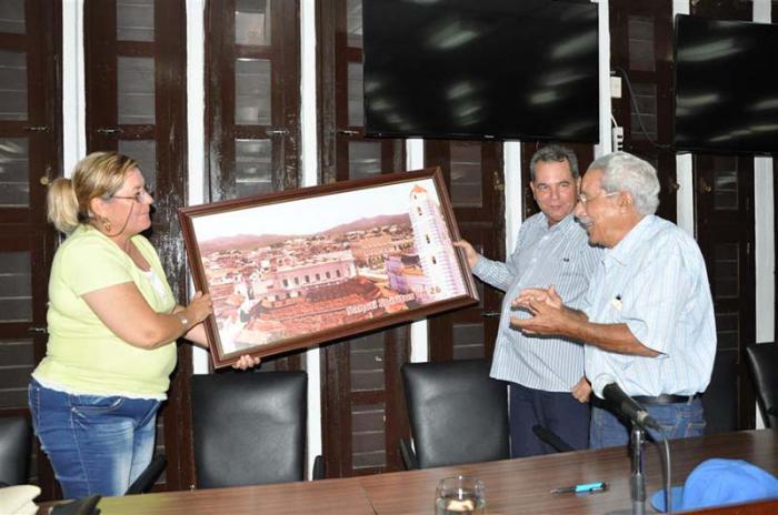 Las direcciones del Partido y el gobierno en la provincia entregaron un cuadro con una imagen de la ciudad al luchador.