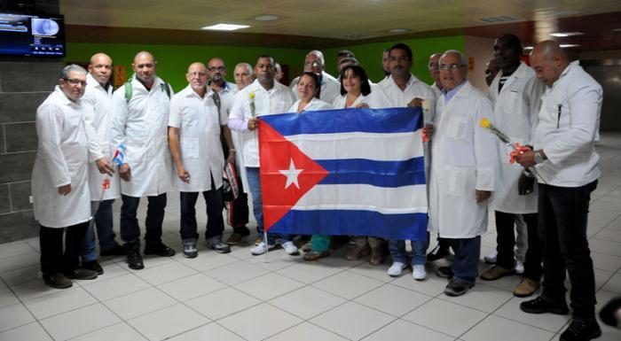 La brigada médica cubana del contingente 'Henry Reeve' que prestó colaboración por 52 días en Ecuador luego del impacto del terremoto de 7.8 grados del 16 de abril pasado fue recibida en la terminal aérea Nro 3 por Marcia Cobas, viceministra del Ministerio de Salud Pública.