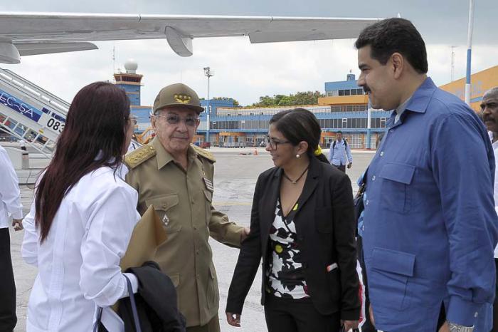 Fraternal encuentro de Raúl y Maduro