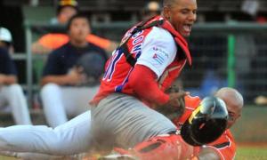 Beisbol-cuba-Premier12-2do partido Cuba vs Holanda gana cuba 6 x 5 . Jugada en Home Andrw Jhones y Yosvani Alarcon