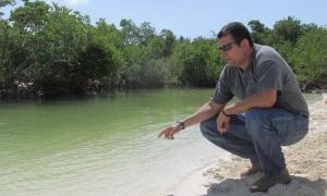 El doctor Roberto González de Zayas, director del CIEC, señala una de las partes de laguna Larga, en cayo Coco, sometida a un proceso de rehabilitación.