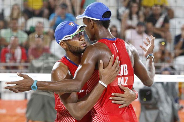La pareja de Nivaldo Díaz (1) y Sergio González (2) de Cuba, festeja luego de derrotar a la dupla de Brasil, en la etapa eliminatoria del voleibol de playa, de los Juegos Olímpicos de Río de Janeiro, en Copacabana, Brasil,  el 7 de agosto de 2016.   ACN FOTO/ Roberto MOREJÓN RODRÏGUEZ/JIT/ogm