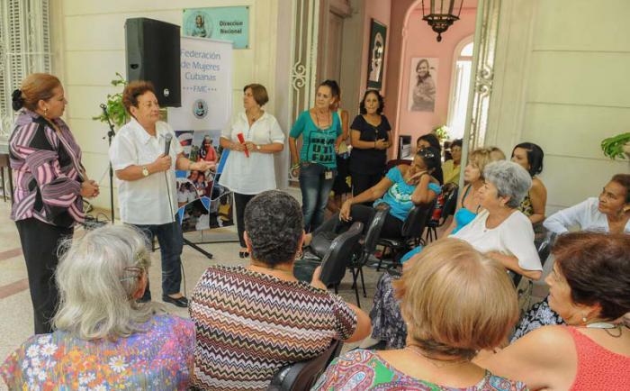 Homenaje de la FMC a las fundadoras con motivo del Aniversario de la organización, Teresa Amarelle Boué, secretaria general de la FMC, junto a la  General de Brigada Delsa Esther Puebla Viltre, en la sede de la FMC Nacional.