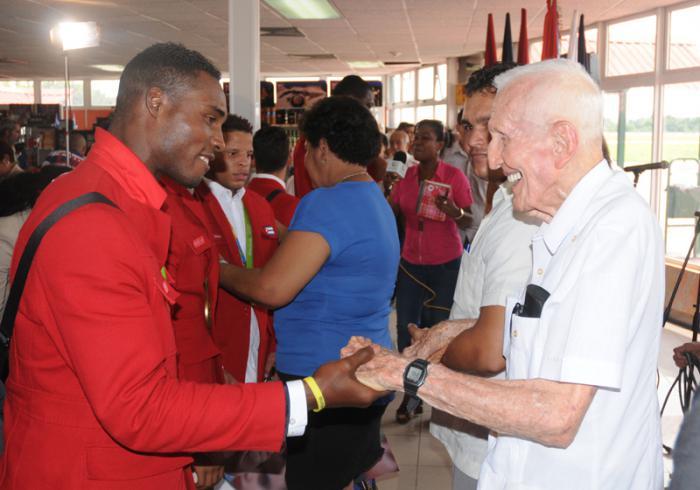 Llegada de los deportista que compitieron en las Olimpiada a la Habana,el Gallego Fernandez saluda a Julio Cesar la Cruz