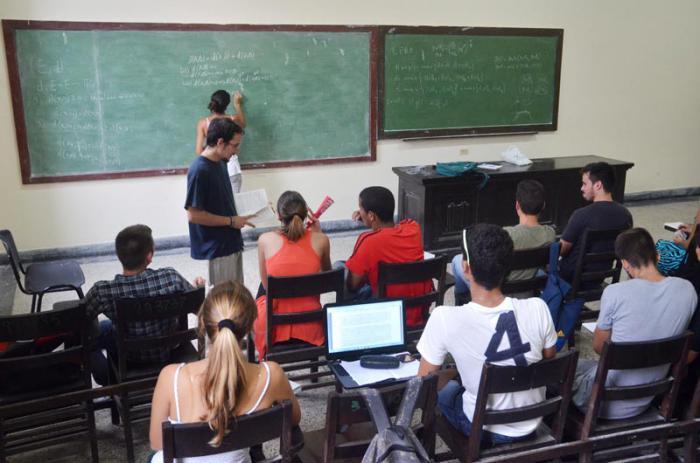Jóvenes estudiando en una de las aulas de la Universidad de La Habana.