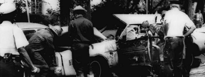 Un bombero retira el cuerpo de Letelier tras el atentado en Washington en 1976.
