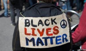 La vida de los negros importa, se lee en este cartel muy usado en las protestas contra la violencia policial.