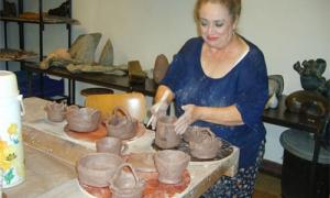Teresita Gómez Vallejo trabajando la cerámica