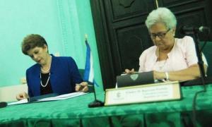 Firma de Memorándum de entendimiento para revisión entre pares Contralorias Generales de Cuba y Costa Rica. Gladys M. Bejerano (Contralora de la República de Cuba) y Marta Acosta (Contralora General de Costa Rica)