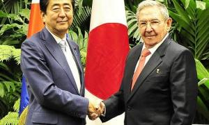 Raúl Castro y Shinzo Abe