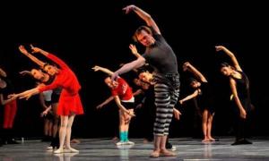 El bailarín ucraniano Vladimir Malakhov, en clase magistral en Holguín.