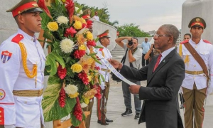 La Viceministra de Relaciones Exteriores Ana Teresita González Fraga, acompaña al El primer ministro de Lesoto, Pakalitha Mosisili, a colocar ofrenda Floral en la Base al Monumento a Josè Martì