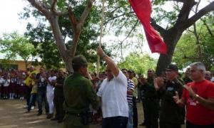 El mayor Onielkys Cintra Roja, jefe de la Unidad Especial de Tropas Guardafronteras en Guantánamo, recibe la Bandera de manos de Carlos Rafael Miranda