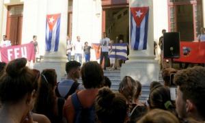 Acto en Universidad de la Habana, los estudiantes denucian los planes subversivo de los Estados Unidos contra Cuba.