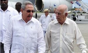 En el aeropuerto internacional José Martí, el Geneal de Ejército Raúl Castro y la delegación que lo acompañó a la fima del acuerdo de paz la ciudad colombiana de Cartagena de Indias, fueron recibidos por el compañero José Ramón Machado Ventura, Segundo Secretario del Comité Central del Partido Comunista de Cuba.