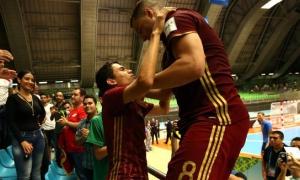 Los rusos festejan la inclusión en su primera final en una Copa Mundial de fútbol sala.