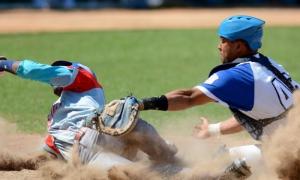 56 Serie Nacional de Beisbol -Ciego de Avila vs Industriales -Jugada en Home- Luis Robert Moiran Y Frank Camilo Morejon