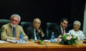 Entre la presidencia al acto el D. Dario Villanueva, Director de la Real Academia de la Lengua Español y Rogelio Rodíguez, director de la ACul, durante el acto de celebración del 90 aniversario, en la universidad de San Gerónimo, La Habana Vieja.