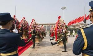 Veteranos, familiares de mártires y representantes de todos los sectores sociales se reunieron ayer en el Monumento a los Héroes del Pueblo en la plaza Tian'anmen, de Beijing, para conmemorar el tercer Día de los Mártires, en la víspera del Día Nacional.