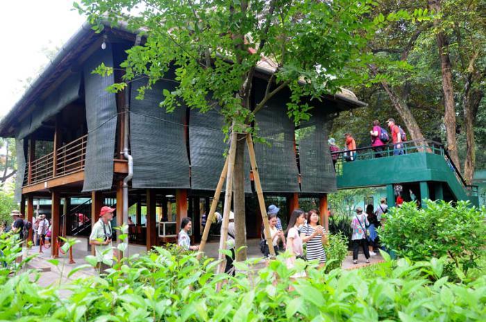 Palacio de Gobierno en la ciudad de Hanoi, capital de Viet Nam. Cabaña en los jardines donde vivió y trabajo por mucho tiempo Ho Chi Min.