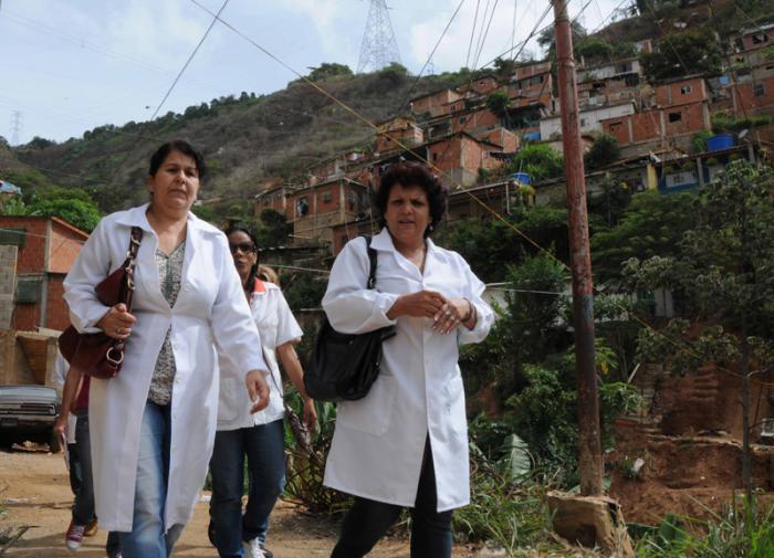 Misión Médica Cubana, durante el trabajo comunitario en los barrios venezolanos, dirigido a crear condiciones de progreso social desde la perspectiva de la salud, con la participación activa de la comunidad organizada, en la Parroquia Antimano, ubicada al oeste del Municipio Libertador, en Caracas, Venezuela, el 29 de junio de 2014.