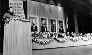 Fidel Castro presenta a los integrantes del Comité Central
