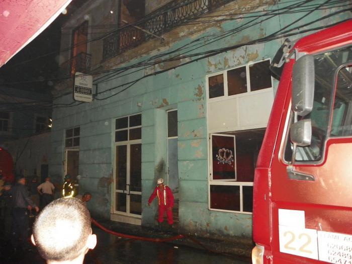 Fuerzas combinadas de los bomberos permitieron controlar el incendio de grandes proporciones.