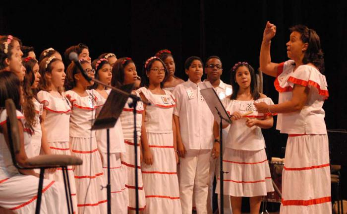 Felicita Fernando González al Coro Diminuto por su aniversario 25