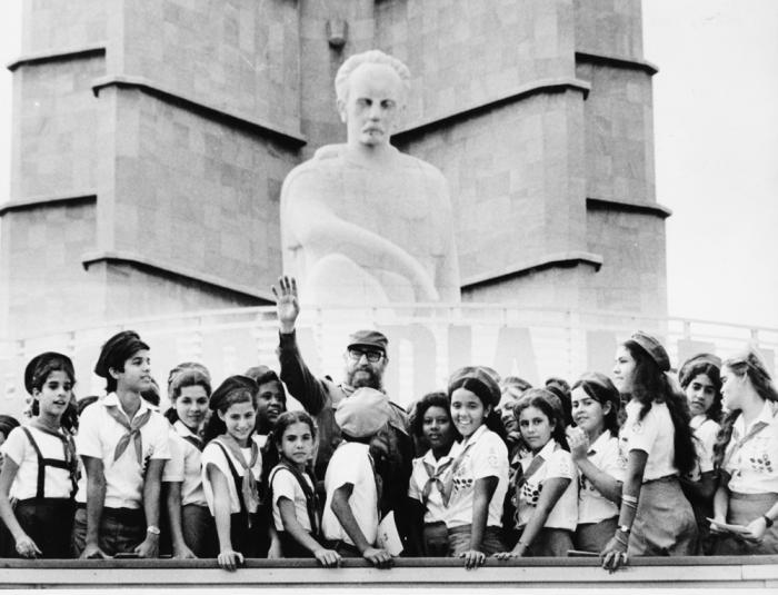 Fidel con los pioneros durante un homenaje a José Martí en la Plaza de la Revoluciòn, La Habana.  Foto: Jorge Oller