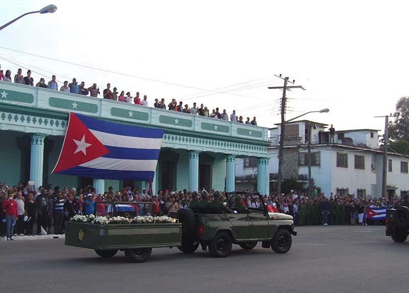 El pueblo de Camagüey despide a Fidel, algunos permanecieron desde el día anterior para ver pasar al líder, como lo hicieron en enero de 1959