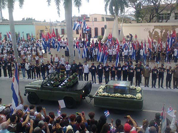 Cenizas de Fidel continúan recorrido por el oriente cubano