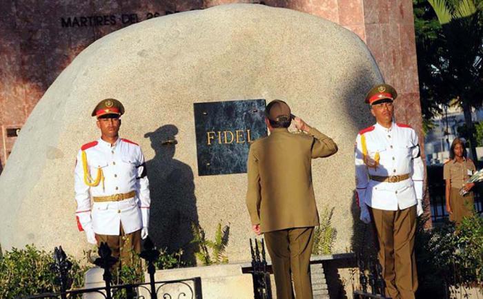 Raúl coloca las cenizas de Fidel en el cementerio de Santa Ifigenia