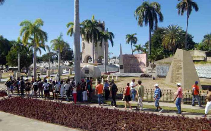 Continúa tributo a Fidel en Cementerio Patrimonial Santa Ifigenia