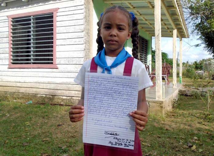 Daniela guarda con cariño la carta con la dedicatoria de Fidel.