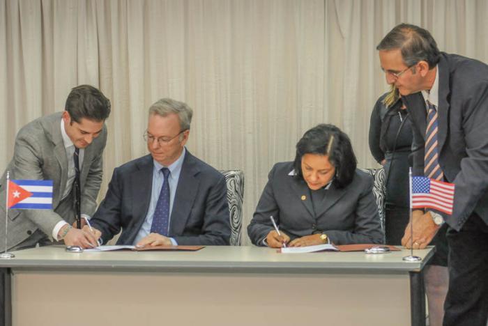 La empresa de telecomunicaciones de Cuba, ETECSA y la Compañía estadounidense GOOGLE concluyen conversaciones con el propósito de suscribir un acuerdo GOOGLE Global Cache, firman por la parte cubana Mayra Arevich Marìn Presidenta ejecutiva de ETECSA y por la parte estadounidense el Sr Eric Schmidt Presidente Ejecutivo de GOOGLE.