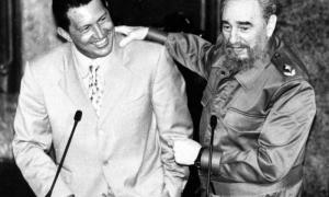Fidel junto a Chávez en el Aula Magna de la Universidad de La Habana.