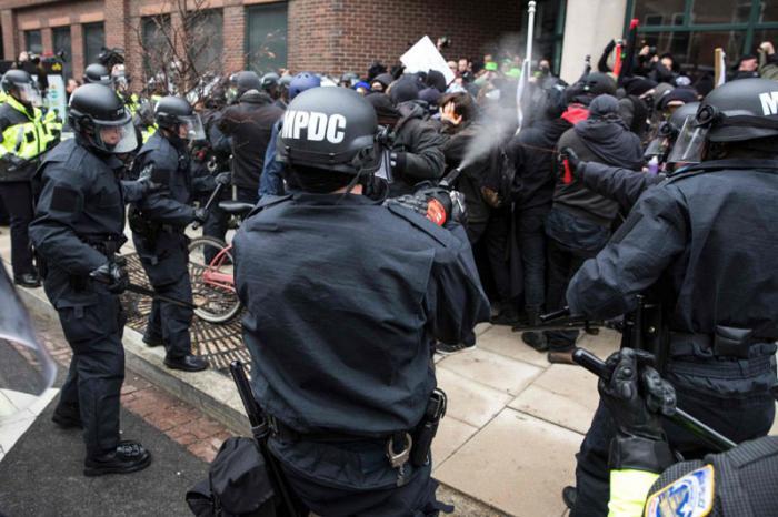 Manifestantes y policías se enfrentaron en Washington   con el lanzamiento de rocas y gases lacrimógenos que dejaron cerca de 200 detenidos. Foto: AP