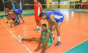 Recorrido por la Escuela Nacional de Voleibol, atletas del equipo nacional entrenan en los tabloncillos de la escuela.