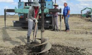 Fuerzas de la Empresa Eléctrica ocupadas en la excavación de las huecos para las bases de los paneles