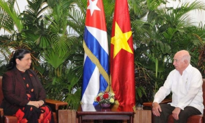 José Ramón Machado Ventura, Segundo Secretario del Comité Central del Partido, recibió a Tong Thi Phong, miembro del Buró Político y Vicepresidenta de la Asamblea Nacional de Vietnam.