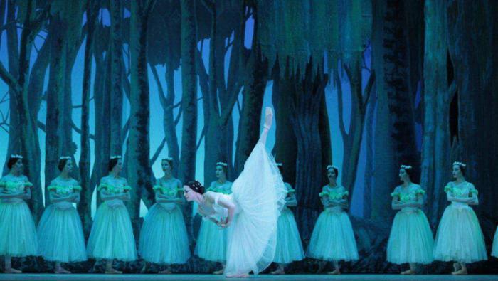 En el segundo acto, el Romanticismo en todo en su esplendor, la primera bailarina cubana dicta clase del cuidado del estilo y emociona con movimientos delicados, etéreos, puros.